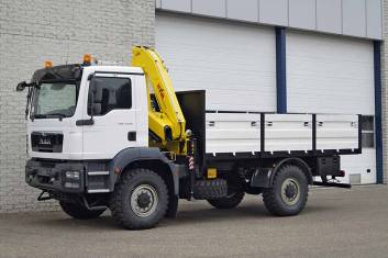 MAN TGM 13.240 BB 4X4 FLATBED TRUCK WITH CRANE